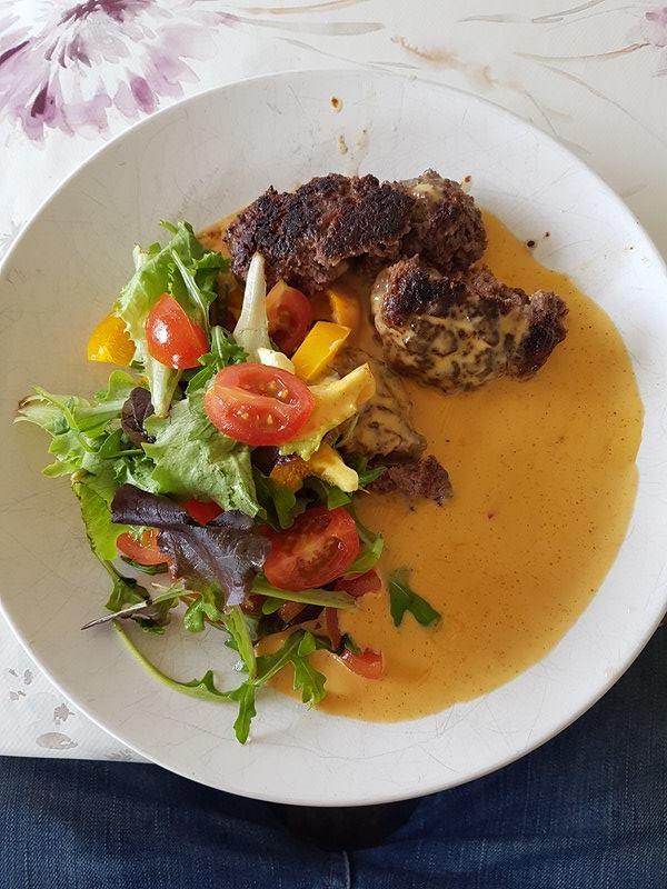Ett annat exempel på mat. Biffar gjorda på älgfärs och cheddarostsås. Grönsallad!
